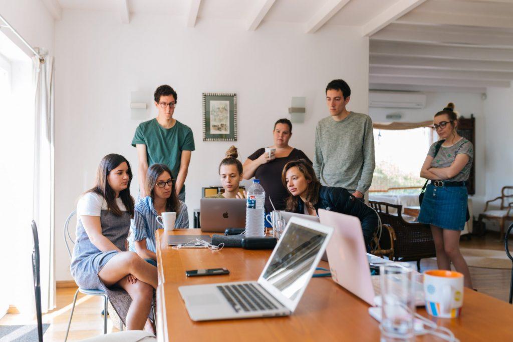 Grup stand si discutand la calculatoare